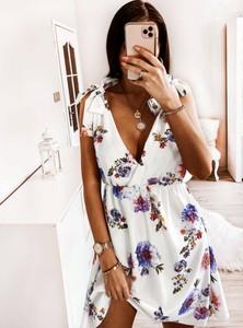 Sukienka Pakuten bez rękawów w stylu casual z dekoltem w kształcie litery v