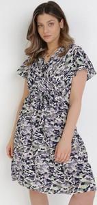 Fioletowa sukienka born2be w stylu casual z dekoltem w kształcie litery v