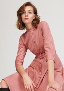 Różowa sukienka Reserved z zamszu rozkloszowana
