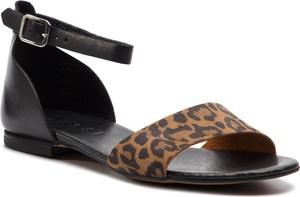 Brązowe sandały Nessi z klamrami z płaską podeszwą w stylu casual