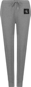 Spodnie sportowe Calvin Klein z bawełny z nadrukiem w młodzieżowym stylu