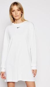 Sukienka Nike prosta z okrągłym dekoltem