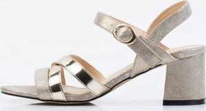 Złote sandały Monnari na średnim obcasie ze skóry
