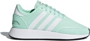Miętowe buty sportowe Adidas sznurowane z płaską podeszwą w sportowym stylu