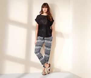 Czarny t-shirt Tchibo w geometryczne wzory z krótkim rękawem