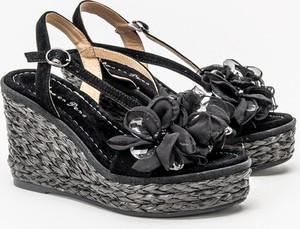 Czarne sandały Alma en Pena z klamrami na koturnie