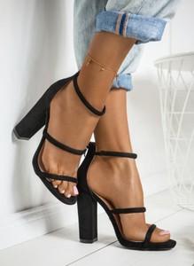 Czarne sandały DeeZee w stylu casual na słupku na zamek
