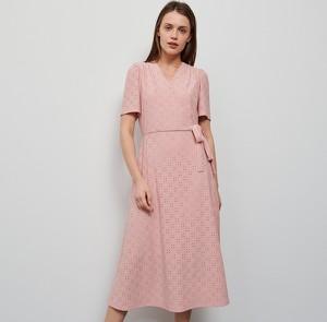 Różowa sukienka Reserved rozkloszowana z krótkim rękawem midi