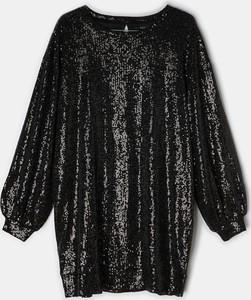 Czarna sukienka Mohito z okrągłym dekoltem