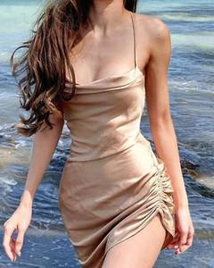 Złota sukienka Kendallme dopasowana na ramiączkach z okrągłym dekoltem