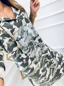 Zielona sukienka Kenza.pl w militarnym stylu midi z długim rękawem