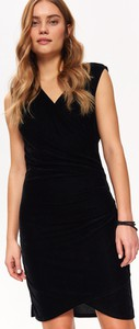 Czarna sukienka Top Secret z dekoltem w kształcie litery v