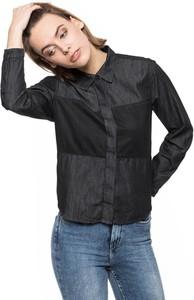 T-shirt Lee z jeansu w street stylu