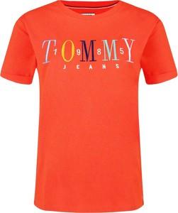 Czerwony t-shirt Tommy Jeans w młodzieżowym stylu