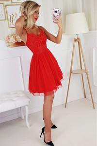 Czerwona sukienka Bicotone rozkloszowana z tiulu z dekoltem w kształcie litery v