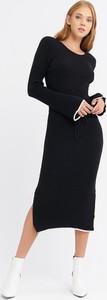 Czarna sukienka BGN midi w stylu casual