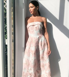 Różowa sukienka Chi Chi London Tall z żakardu