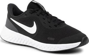 Czarne buty sportowe Nike sznurowane z płaską podeszwą w sportowym stylu
