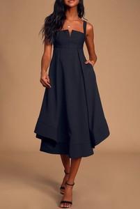 Czarna sukienka IVET z dekoltem w kształcie litery v midi trapezowa