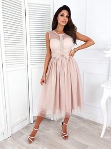 Różowa sukienka Infinityfashion.pl z dekoltem w kształcie litery v midi bez rękawów