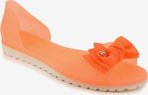 Pomarańczowe sandały Gemre.com.pl z płaską podeszwą
