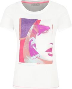 T-shirt Guess z nadrukiem z okrągłym dekoltem w młodzieżowym stylu