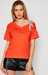Czerwony t-shirt Guess z krótkim rękawem z okrągłym dekoltem w młodzieżowym stylu