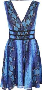 Sukienka Guess Jeans z dekoltem w kształcie litery v rozkloszowana