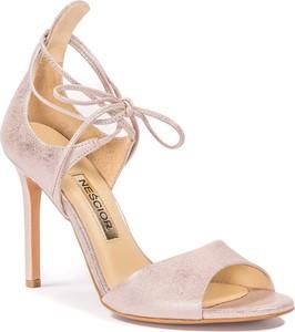 Różowe sandały Nescior na wysokim obcasie ze skóry