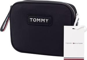 Czarna torebka Tommy Hilfiger średnia matowa z aplikacjami