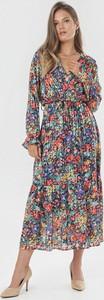 Granatowa sukienka born2be trapezowa z dekoltem w kształcie litery v