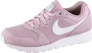 Buty sportowe Nike z płaską podeszwą w sportowym stylu