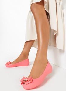 Różowe baleriny born2be w stylu casual z płaską podeszwą