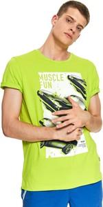 Zielony t-shirt Top Secret z nadrukiem z krótkim rękawem