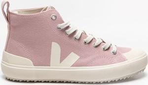Różowe buty sportowe Veja z płaską podeszwą sznurowane w sportowym stylu