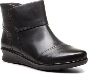 Czarne botki Clarks na koturnie w stylu casual