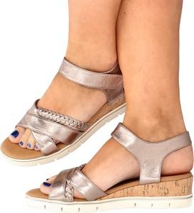 Sandały Caprice ze skóry ekologicznej na wysokim obcasie na koturnie