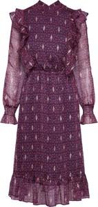 Różowa sukienka Tigha z szyfonu z golfem prosta