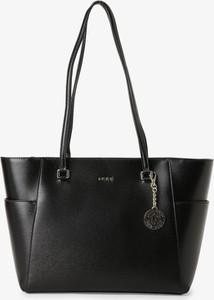Czarna torebka DKNY w wakacyjnym stylu ze skóry duża