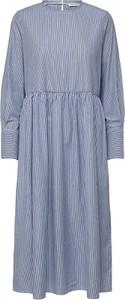 Niebieska sukienka Selected Femme midi z bawełny z kołnierzykiem