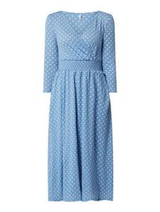 Niebieska sukienka Only z długim rękawem kopertowa midi