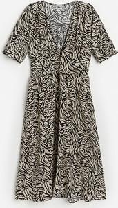 Sukienka Reserved trapezowa z dekoltem w kształcie litery v z krótkim rękawem