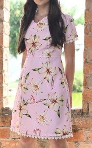 Sukienka Justmelove z dekoltem w kształcie litery v z jedwabiu