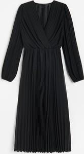 Czarna sukienka Reserved z dekoltem w kształcie litery v