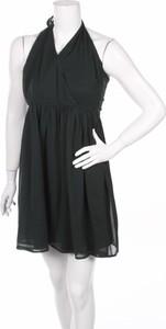 Czarna sukienka About You bez rękawów z dekoltem halter rozkloszowana