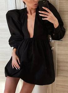 Czarna sukienka Cikelly mini z dekoltem w kształcie litery v w geometryczne wzory