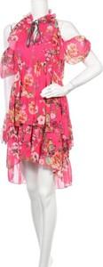 Różowa sukienka Lulu mini z krótkim rękawem