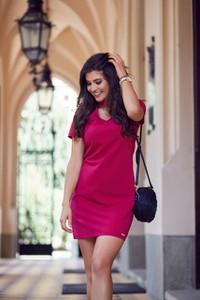Różowa sukienka Ivon z dekoltem typu choker mini
