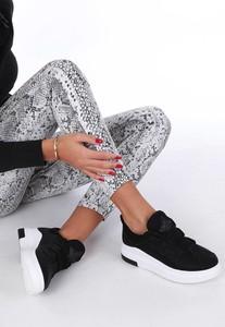Sneakersy Casu z płaską podeszwą sznurowane