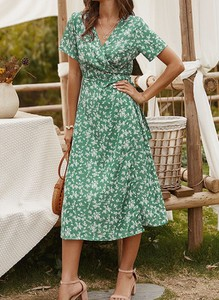 Zielona sukienka Sandbella z krótkim rękawem z dekoltem w kształcie litery v